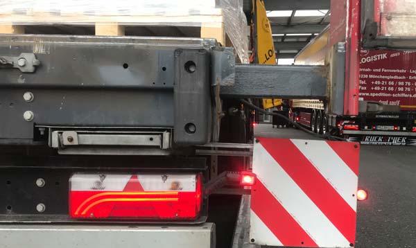 LKWs mit verbreiterbarem Auflieger Überbreiten-Transporte mit der Spedition-Schiffers